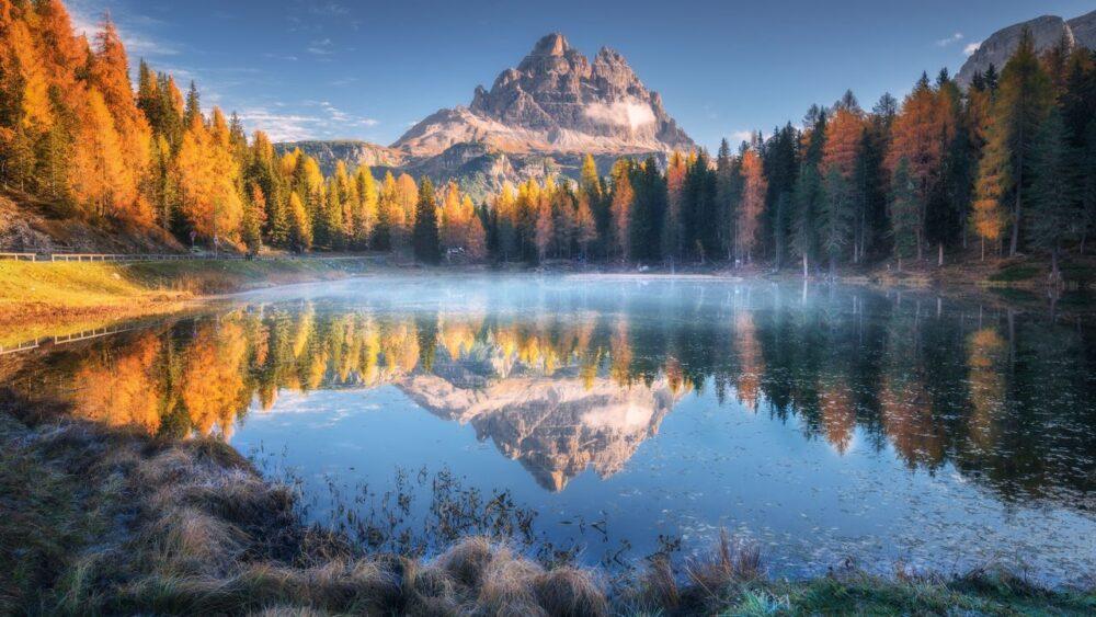 Jezero a příroda při východu slunce