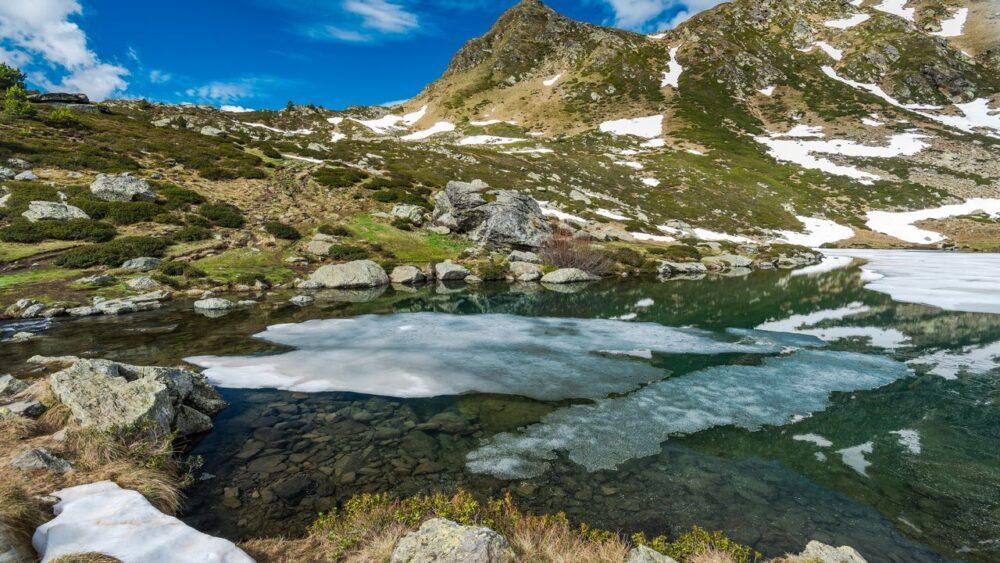 Ledovce-v-jezeru-Pyreneje