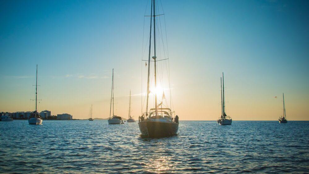 Lodě u ostrova Ibiza