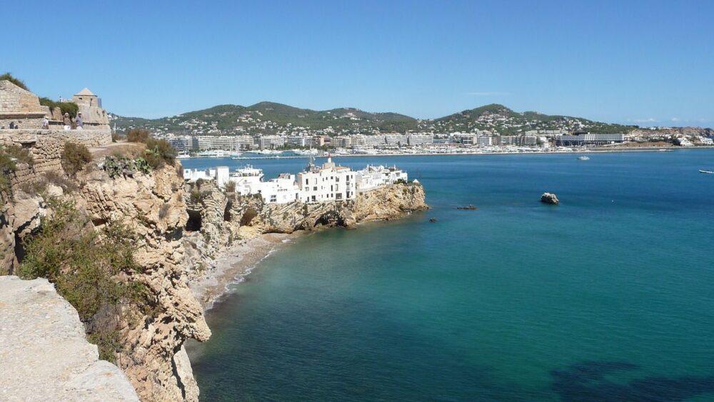 Pobřeží ostrova Ibiza
