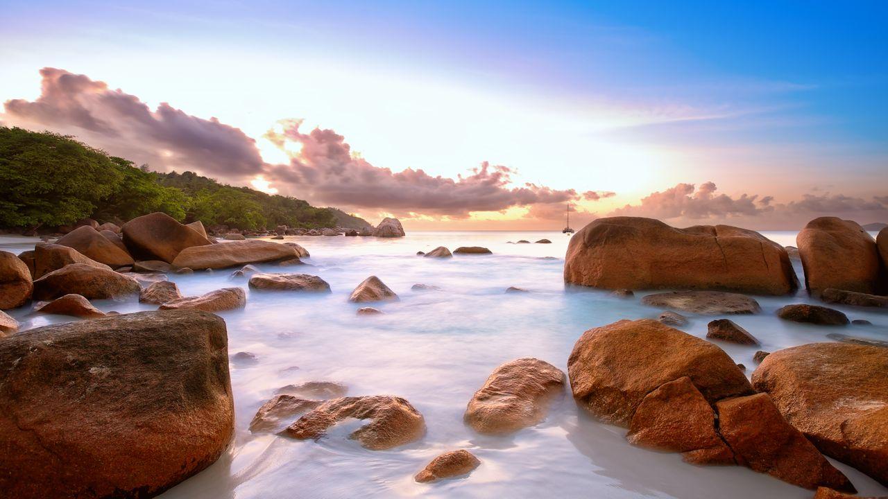 Skalnaté pobřeží na Seychelách