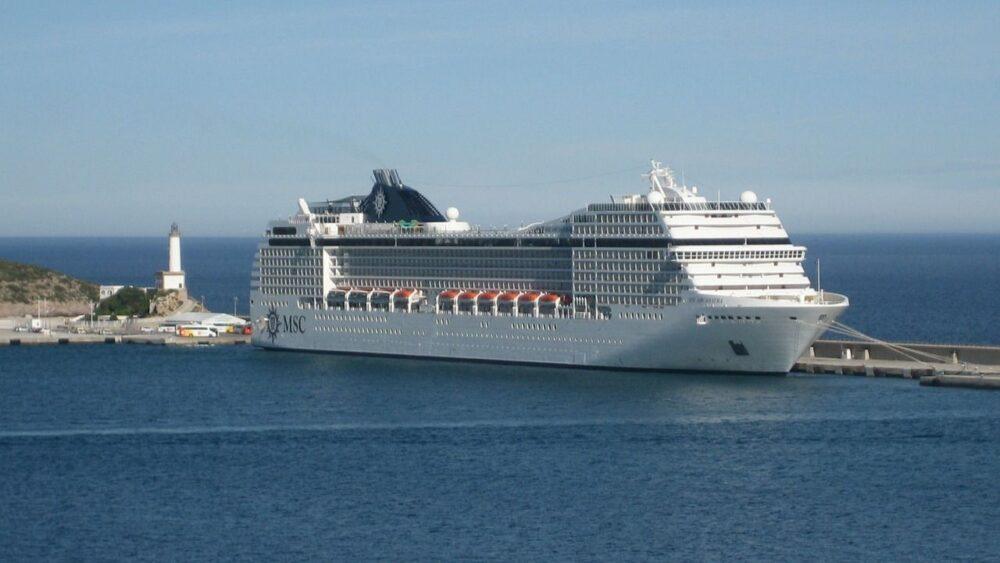 Výletní loď u ostrova Ibiza