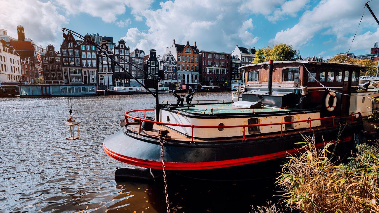 Loď na kanálu v Amsterdamu
