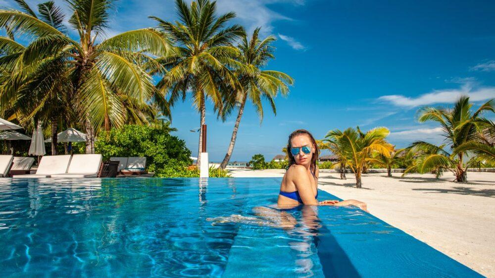 Žena v bazénu - Maledivy