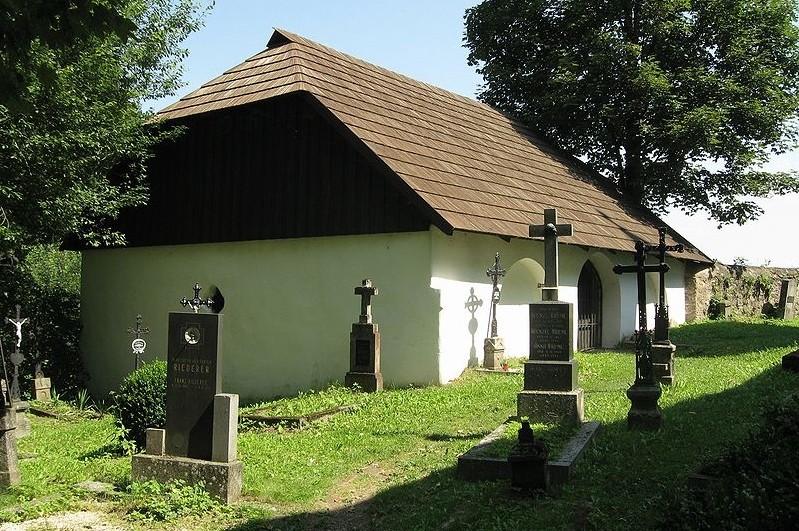 kostnice u kostela sv Morice