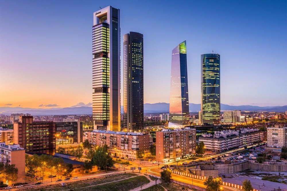 Mrakodrapy v Madridu v noci